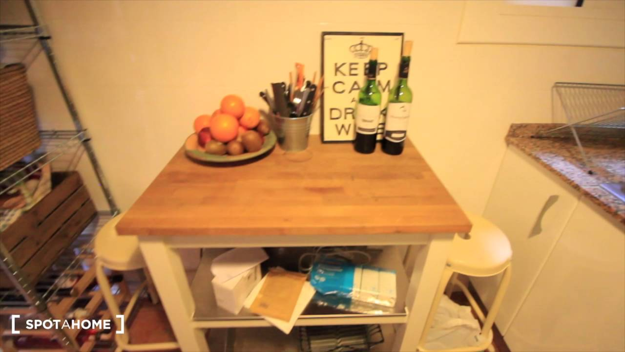 Rooms for rent to female professionals and postgraduates in apartment with balcony in Eixample Dreta