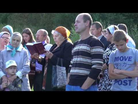 Люди ходят вокруг церкви