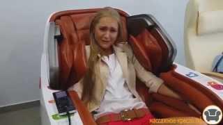 Девушки тестируют массажные кресла