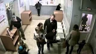 Вора засняла камера наблюдения в детской поликлинике