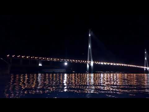 Ночью русский мост с купюры 2000 рублей - Владивосток с моря, выход из порта