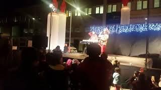 Fiesta de encendido de luces de navidad en la calle