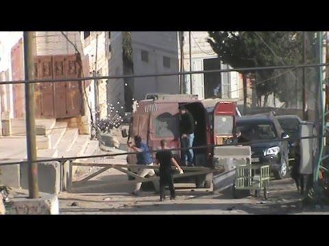 الخليل: مستوطنون يرشقون سيارات الفلسطينيين بالحجارة