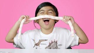 Ketika Jajanan Anak Indonesia Dicoba oleh Anak WNA