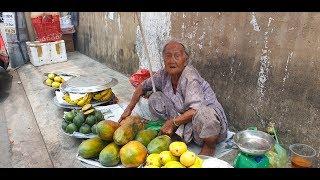Bà cụ 90 tuổi vượt hơn 100 cây số lên Sài Gòn bán mấy trái xoài, cam lo cho con bệnh