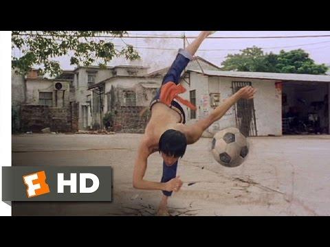 サッカーボールで男たちを蹴散らすシン