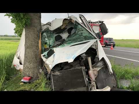 Wideo1: Kolizja przed wjazdem do Lipna. Kierowca mercedesa sprintera uderzył w drzewo