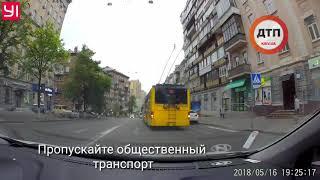 Пропускайте общественный транспорт!  Там едет много людей И троллейбусам на улицах Киева точно сложн
