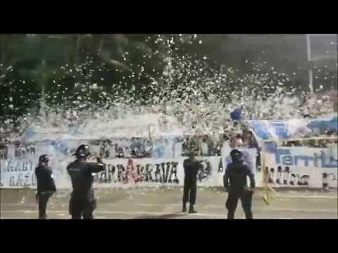 """""""Recibimiento de la Ultra Blanca y Barra Brava 96 en el AMC en la semifinal de ida contra Sonsonate"""" Barra: La Ultra Blanca y Barra Brava 96 • Club: Alianza"""
