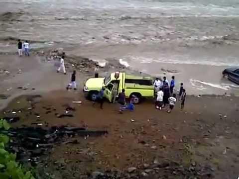 احتجاز شخصين في  وادي جازان بعد الأمطار الغزيرة
