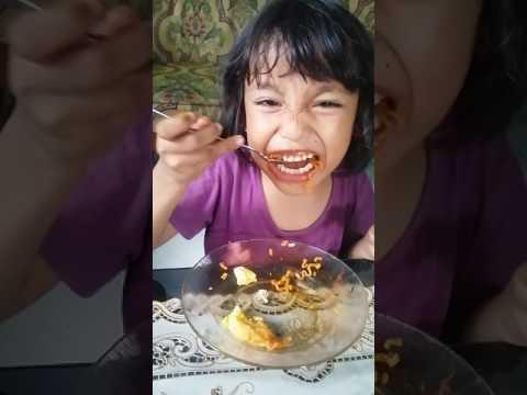 Video WOWWW,,,,,Anak umur 5 tahun makan mie samyang dan gak minum challenge kid 5 years old eat samyang