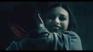 Μετά το πρώτο λεπτό πέφτουν τα δέοντα κυνοδοντόφιλα με την Olga Kurilenko ως συμπονετική βαμπιρομούνα. (από Khan, 15/11/10)