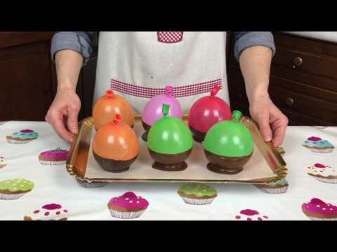 Ciotole di cioccolato con panna e fragole