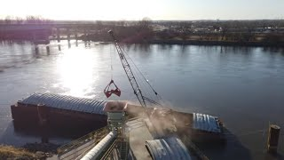 Clam bucket on a friction crane | Unloading a barge with a crane