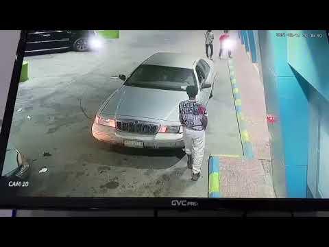 من داخل محطة بنزين.. سرقة مركبة في وضع التشغيل