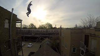 Смотреть онлайн Экстремальный прыжок с крыши