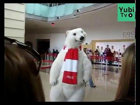 El oso polar de Coca Cola existe y baila