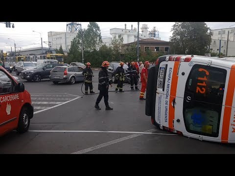 Grav accident rutier- o ambulanță, cu pacient la bord, s-a răsturnat