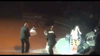 Безумный фанат раздел Нюшу на концерте в Нижнем Новгороде
