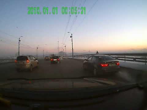 Летчик на автомобиле Mazda, устроил массовое ДТП на мосту в Омске