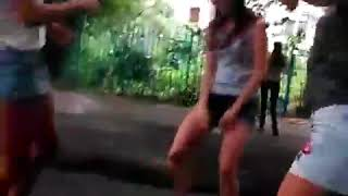 Школьницы танцуют тверк 18 (ДЕВЧОНКИ ТАНЦУЮТ ТВЕРК. ДЕВОЧКИ ТВЕРКАЮТ).mp4
