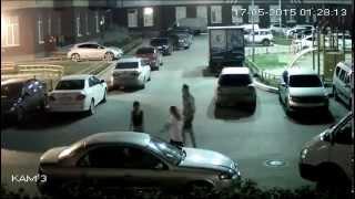 Дети бегут по крышам автомобилей