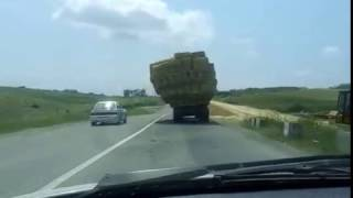 Опасная езда грузовика с сеном