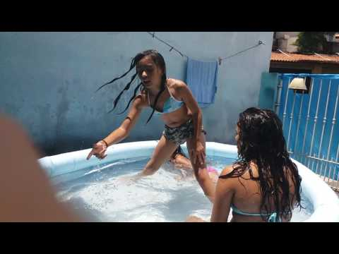 Primas brincando de desafios  na piscina