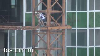 Побег экстримала от спасателей с башенного крана