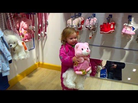 Катя играет в  магазине