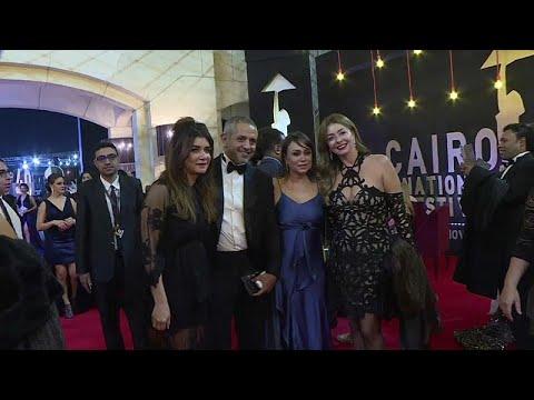 العرب اليوم - شاهد: تألُّق النجوم على السجادة الحمراء في افتتاح مهرجان القاهرة السينمائي