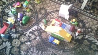 Мы играем в паровозик. Построили железную дорогу из множества разных игрушек.