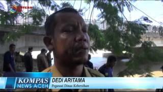 PEMBERSIHAN SUNGAI DARI SAMPAH KIRIMAN BANJIR  KOMPAS NEWS ACEH 06/01/2016