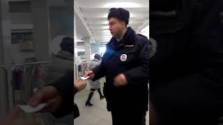 """Сотрудник полиции на станции метро """"Планерная"""" увидел камеру и расхотел проверять документы"""