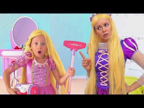 Alice ayuda a su mamá! PRINCESAS juegan con juguetes de limpieza