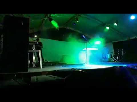 Anna Luiza louvando ao senhor Jesus no palco em Britânia.