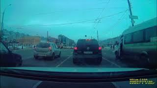 В Твери мужчина научил водителя маршрутки соблюдать чистоту на дороге