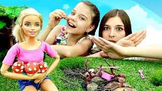 Барби готовит грибной суп в лесу. Видео для девочек.
