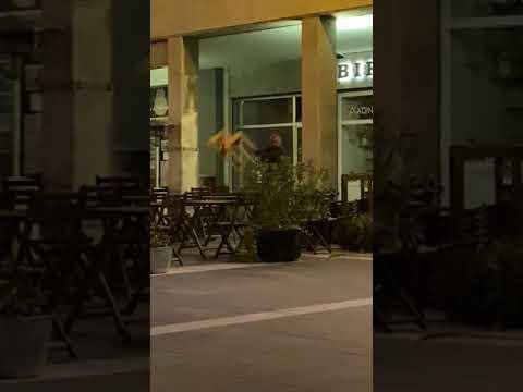 """LA VIOLENZA SOLO """"RIPRESA"""" E L'INTERVENTO DI UN GIOVANE CHE SALVA L'AGGREDITO"""