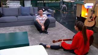 Cepeda y aitana cantan con la guitarra