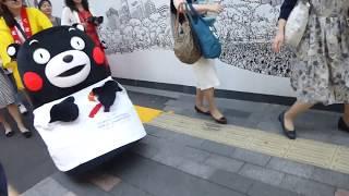 くまモン、お姉さんの操縦(?)する台車でバビューンと帰るモン@銀座2017/07/07