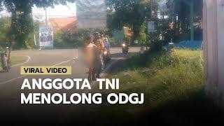 Viral Video Anggota TNI Menolong ODGJ untuk Pindah ke Tempat yang Aman, Dibujuk dengan Rokok