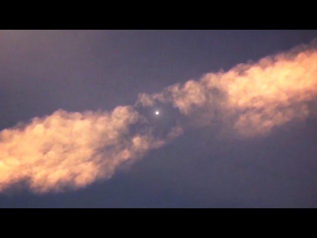 Amazing-ufo-destroys-chemtrail-alien