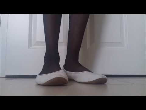 Junge trägt Ballerinas und Strumpfhose