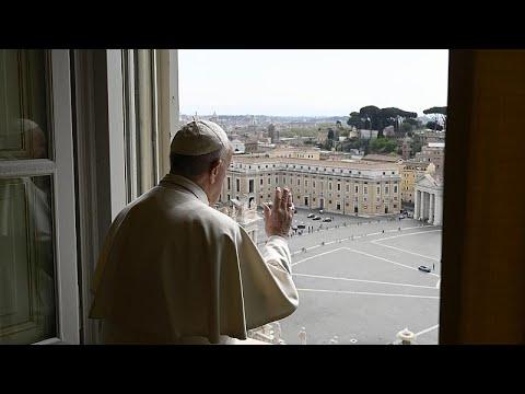Ο Πάπας Φραγκίσκος προσεύχεται για τους φτωχούς