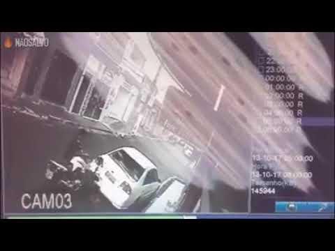Motoqueiro sem capacete bate em carro, não percebe que morreu e vai embora