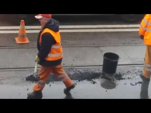 Mietek dej mnie tu trochę asfaltu! Tak w Pabianicach naprawia się dziury przy torowisku