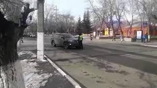 Полицейский преградил дорогу автовладельцу.Парковая - Проспект Конституции.