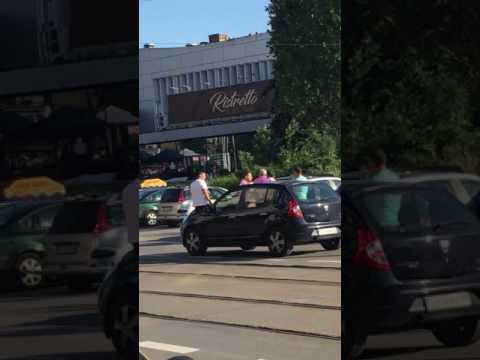 Мъж налага жена, докато седи в колата си