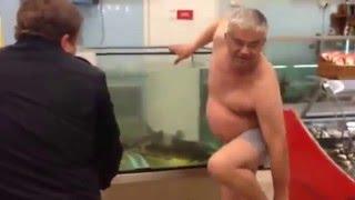 Приколы / Люди под алкоголем: Пьяный Вован без одежды в супермаркете, в трусах в аквариуме с раками